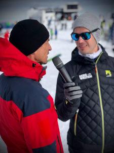 Sportmoderator Jürgen Winterleitner beim Interview auf dem Kitzsteinhorn mit einem Beamten der Alpinpolizei
