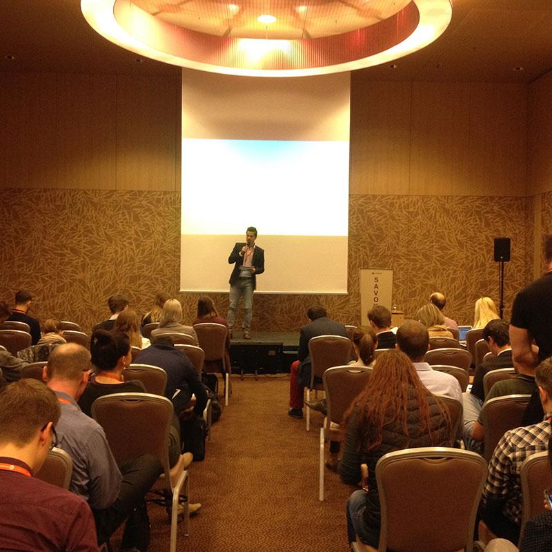 Kongressmoderator Jürgen Winterleitner im Austria Trend Hotel Savoyen Wien bei der Google Analytics Konferenz als Moderator