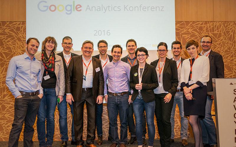 Gruppenbild bei der Google Analytics Konferenz Moderator Jürgen Winterleitner und die Speaker rund um Justin Cutroni von Google