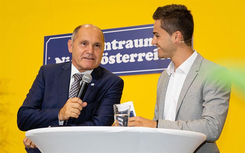 Moderator Jürgen Winterleitner mit Nationalratspräsident Wolfgang Sobotka bei der Eröffnung des Wohntraum Niederösterreich