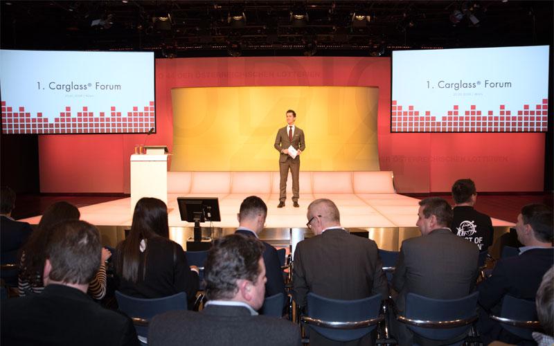 Firmenevent-Moderator juergen winterleitner beim carglass forum im studio 44 in wien