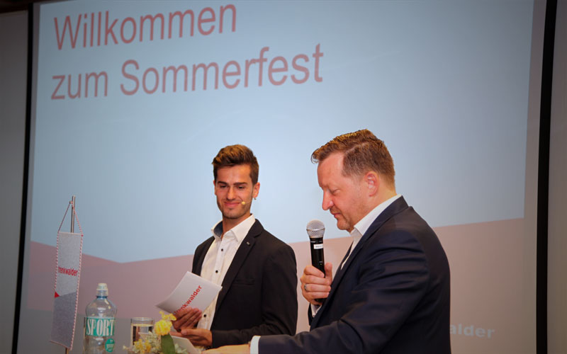 Firmenevent-Moderator Jürgen Winterleitner beim mitarbeiter event sommerfest trenkwalder österreich mit klaus lercher in salzburg