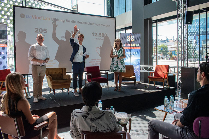 Moderator Jürgen Winterleitner mit wexelerate Geschäftsführer Awi Lifshitz und DaVinciLab-Geschäftsführerin Anna Gawin bei der Eröffnung der X-Generation Innovation Talks